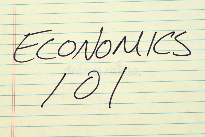 Nationalekonomi 101 på ett gult lagligt block royaltyfria bilder