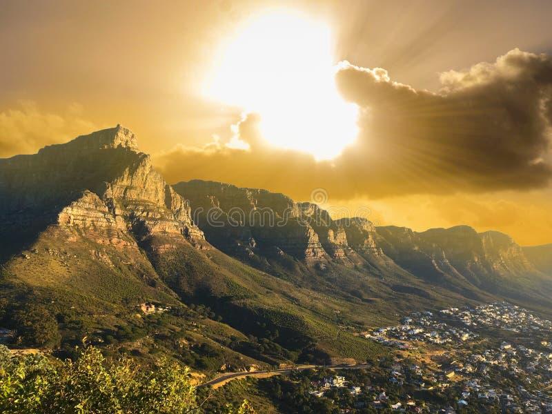 Nationaler Parkblick des Tafelbergs nahe Stadt und dem Strand stockfotografie