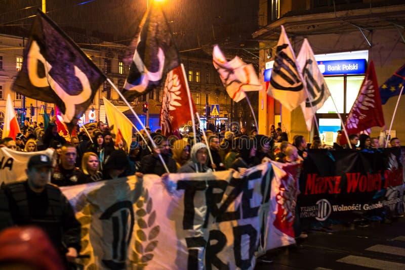 Nationalistprotest i mitt av Krakow Omkring 3 000 personer tog delen i mars av fria Polen royaltyfria foton