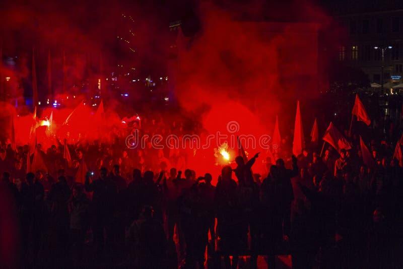 Nationalistprotest i mitt av Krakow Omkring 3 000 personer tog delen i mars av fria Polen royaltyfri foto