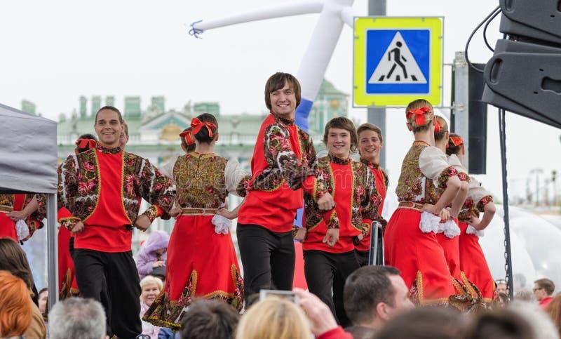 Nationalitetbolldeltagarna: på den ryska folkdanshelheten för etapp royaltyfria bilder