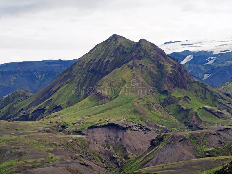 Nationalpark Thorsmork in Island - grüner Berg mit steilem lizenzfreie stockbilder