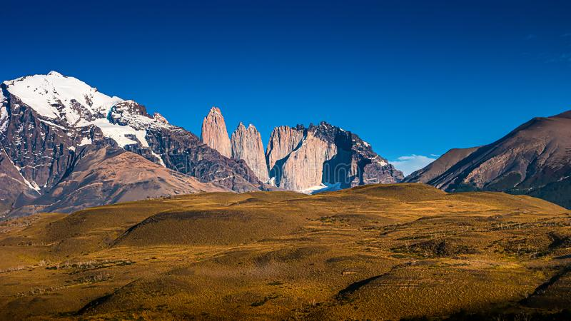Nationalpark Torres Del Paine, seine W?lder und Gipfel am goldenen Herbst und am blauen Himmel, Patagonia, Chile stockbilder
