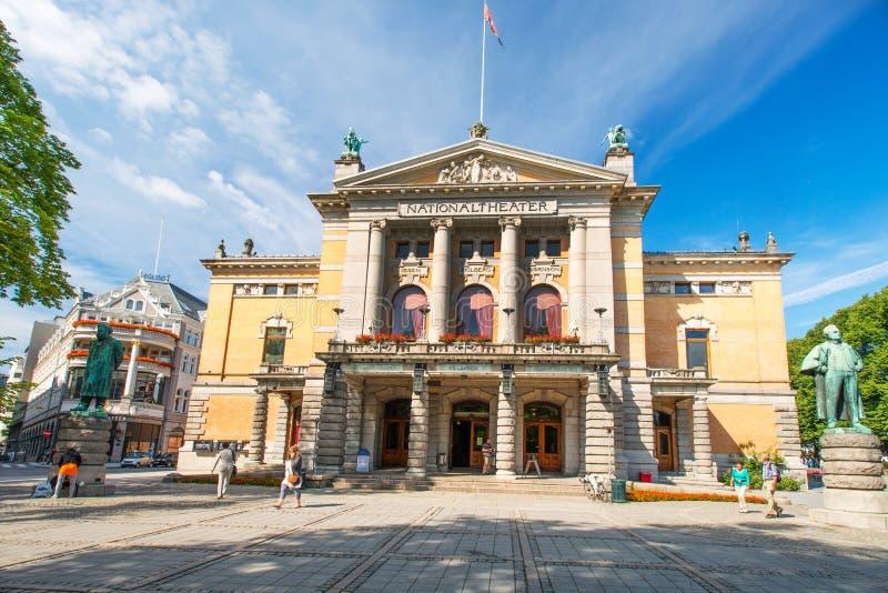 Nationaltheatret o el teatro nacional en Oslo Noruega fotografía de archivo
