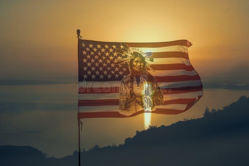Nationaly amerikanska flaggan med indiern i solnedgång royaltyfri foto