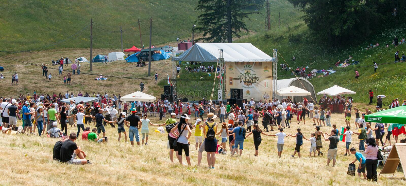 Nationell bulgarisk dansfolklorefestival Rozhen royaltyfria bilder