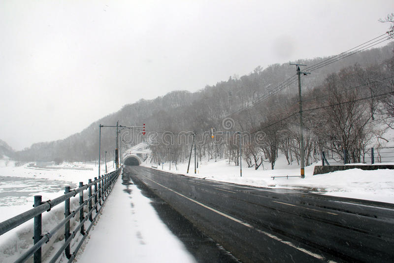 Nationell huvudväg i Shiretoko Hokkaido, Japan arkivfoton