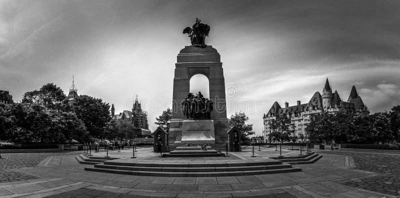 Nationell krigminnesmärke, i stadens centrum Ottawa, Ontario, Kanada arkivbilder