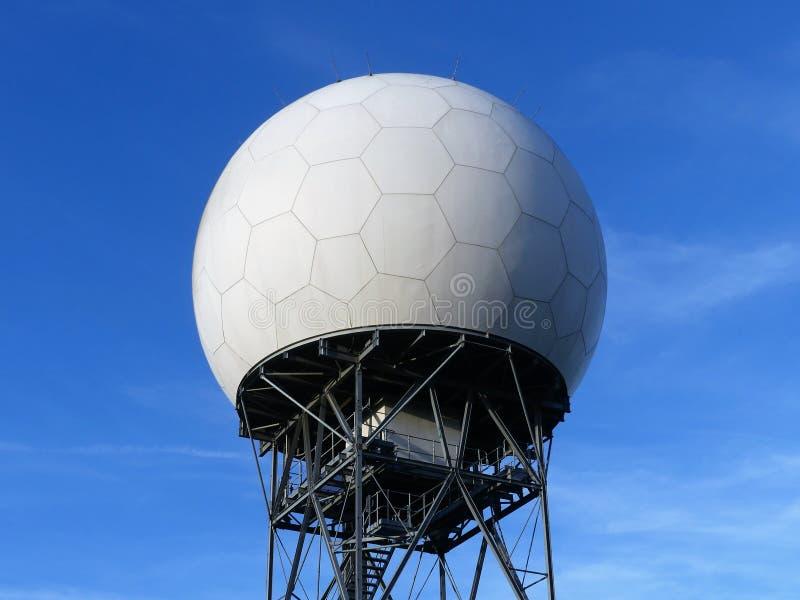 Nationell kupol f?r radar f?r flygtrafikservice NATS p? den l?nga gr?nden, Bovingdon royaltyfria bilder