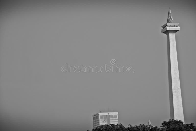 Nationell monument eller MONAS Monumen Nasional som ses från Gambir drevstation i Jakarta, Indonesien royaltyfri bild