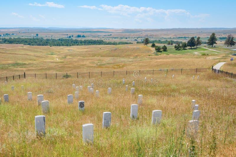 Nationell monument för Little Bighornslagfält, MONTANA, USA - JULI 18, 2017: Kavallerimarkörstenar på Little BighornslagfältNa arkivbild