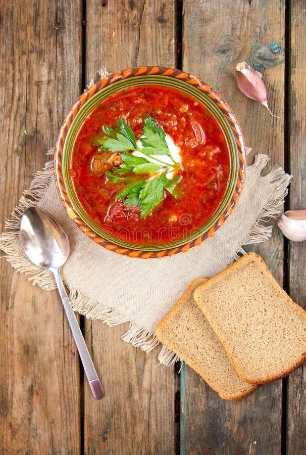 Nationell röd soppaborsch för ukrainare och för ryss arkivfoto