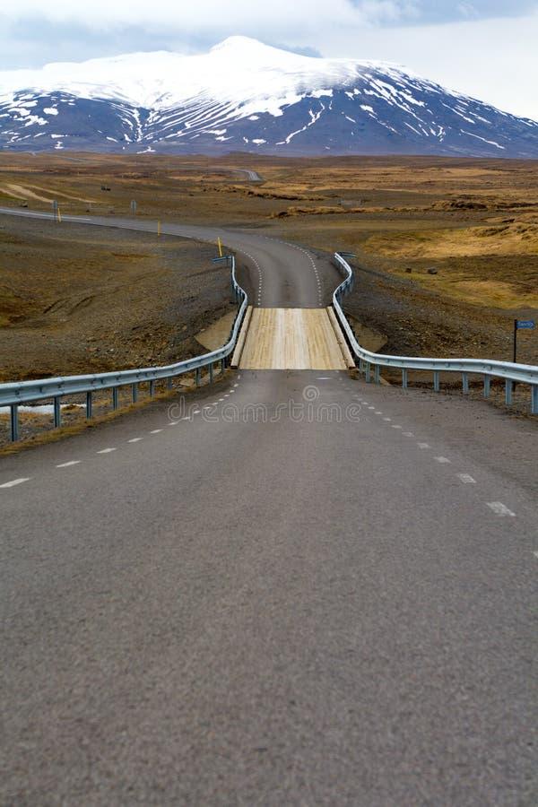 Nationell väg för rutt 1 eller Ring Road Hringvegur, som kör runt om ön och de populära turist- dragningarna för connecs i Island royaltyfri fotografi