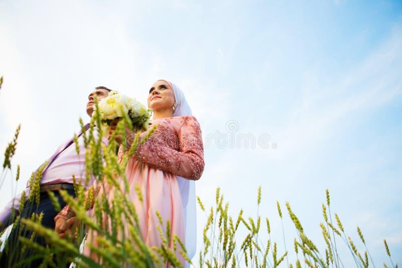 Nationellt bröllop Brud och brudgum i fält Gifta sig muslim par under förbindelseceremonin Muslimsk förbindelse arkivbild