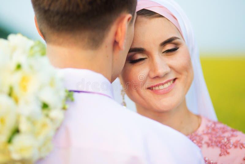 Nationellt bröllop Brud och brudgum i fält Gifta sig muslim par under förbindelseceremonin Muslimsk förbindelse arkivfoton
