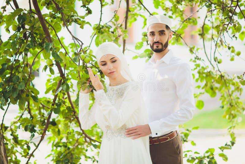 Nationellt br?llop br?llop f?r brudgum f?r brudceremonikyrka Gifta sig muslim par under f?rbindelseceremonin Muslimsk f?rbindelse royaltyfri bild