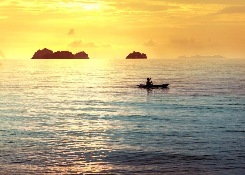Nationellt fartyg i Thailand på stranden, solnedgång arkivfoton
