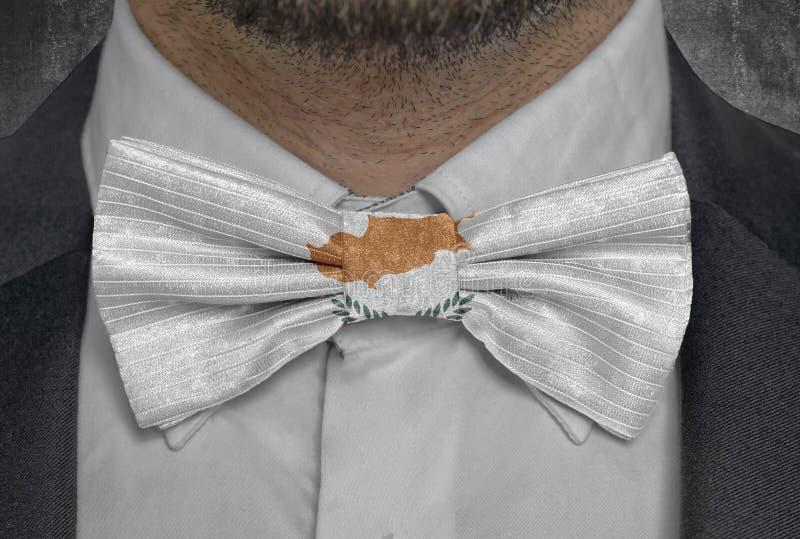 Nationellt land för flagga av Cypern på dräkt för bowtieaffärsman royaltyfria foton