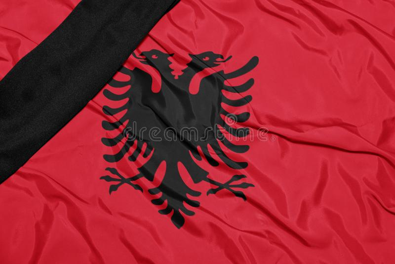 Nationsflagga av Albanien med det svarta sörjande bandet royaltyfri bild