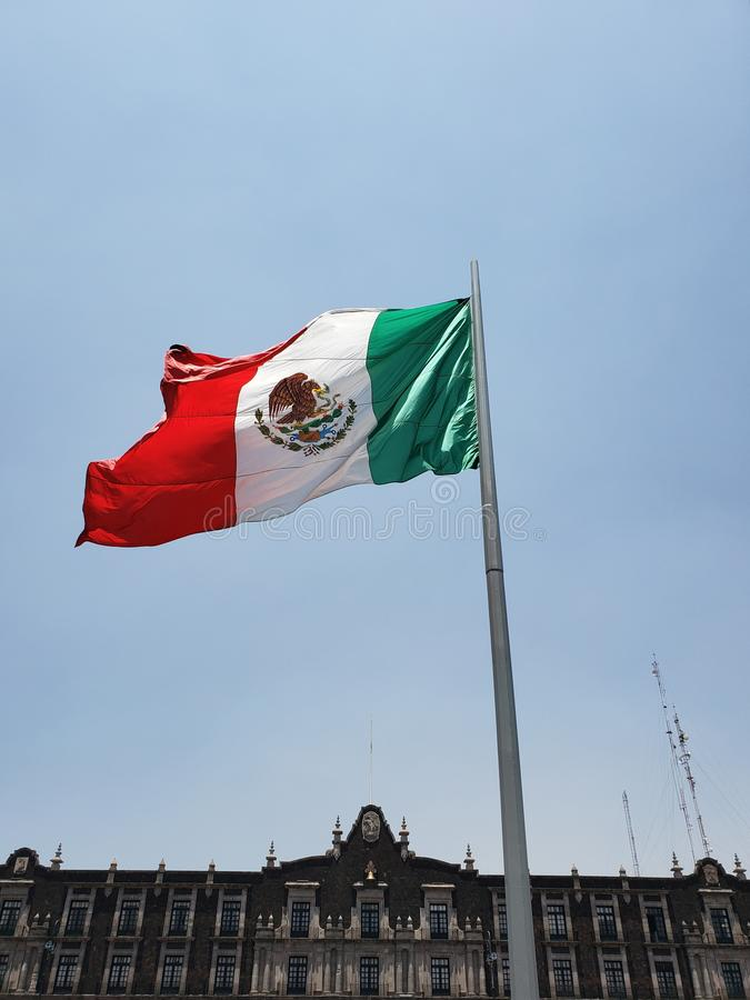 Nationsflagga av Mexico i den huvudsakliga fyrkanten av den Toluca staden p? en solig och bl?sig dag arkivfoton