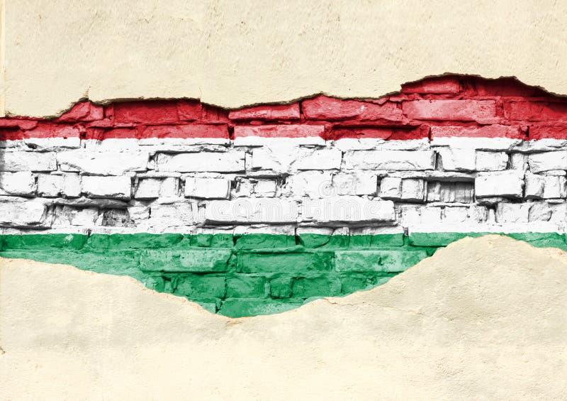 Nationsflagga av Ungern på en tegelstenbakgrund Tegelstenvägg med delvist förstörd murbruk, bakgrund eller textur royaltyfri fotografi