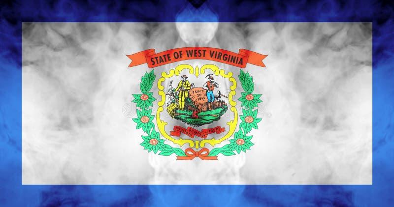 Nationsflaggan av USA-staten West Virginia in mot en gr? r?k p? dagen av sj?lvst?ndighet i olika f?rger av bl?tt r?tt stock illustrationer