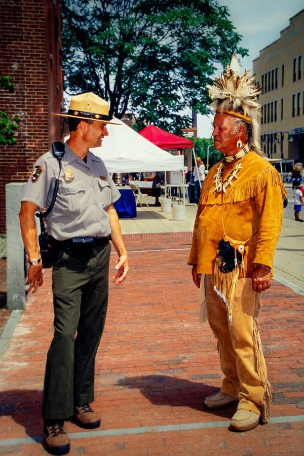 Native American und Ranger sind konfrontiert stockfoto