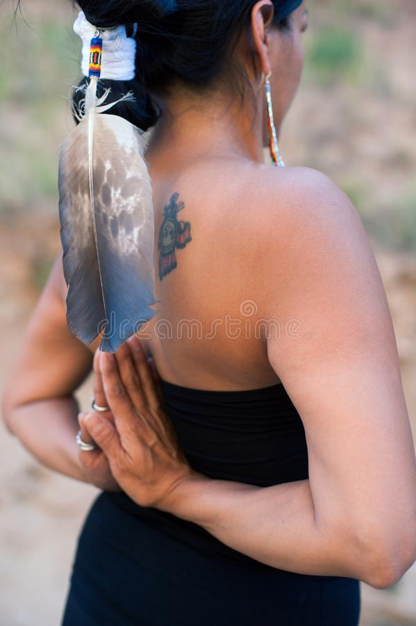 Native American-Yogavrouw Eagle Feather stock afbeeldingen