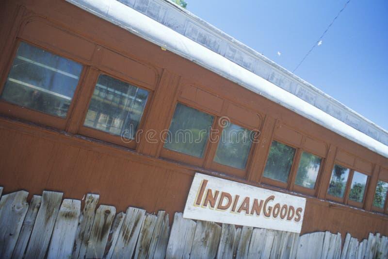Nativo americano mercantil en un coche de ferrocarril viejo en Wadsworth, nanovoltio fotos de archivo