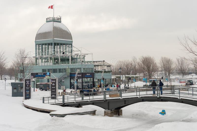 Natrel åka skridskor isbana i Montreal gammal port royaltyfria bilder