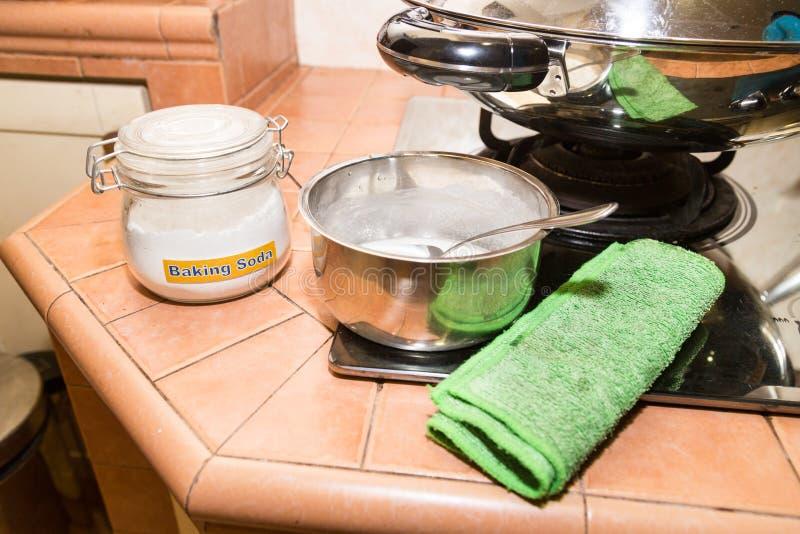 Natriumbikarbonat- eller natriumbikarbonatet är effektiv säker rengörande ag royaltyfri bild