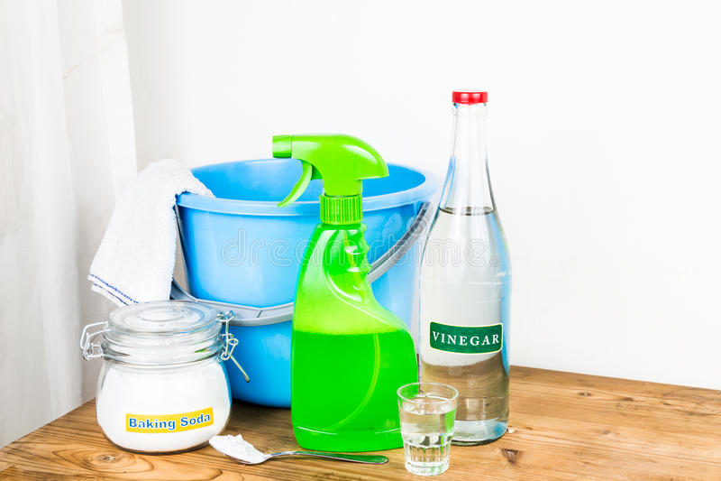 Natriumbikarbonat med vinäger, naturlig blandning för effektiv huscleani royaltyfri fotografi
