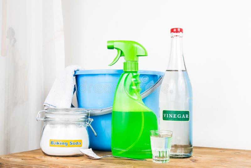 Natriumbikarbonat med vinäger, naturlig blandning för effektiv huscleani royaltyfria foton