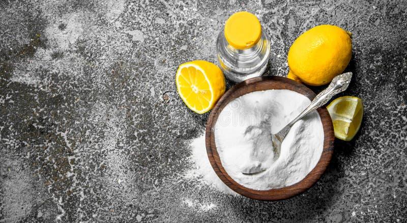 Natriumbikarbonat med vinäger och citronen arkivfoto