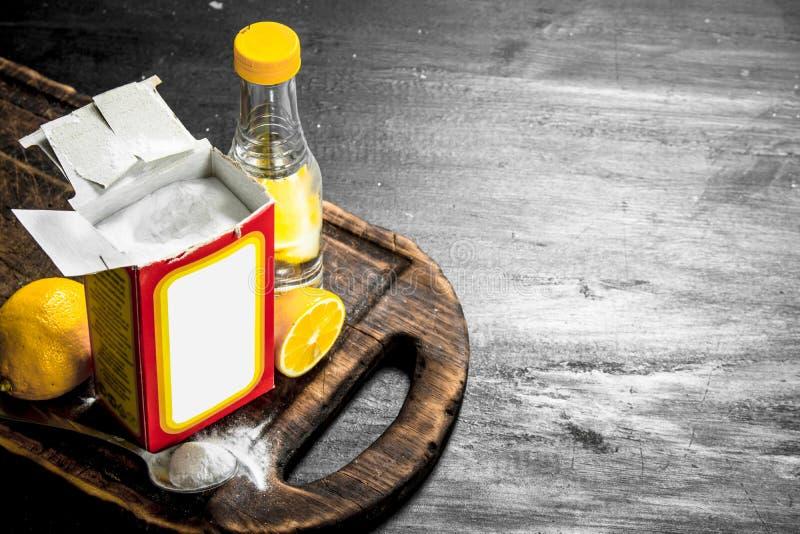 Natriumbikarbonat med vinäger och citronen arkivbild
