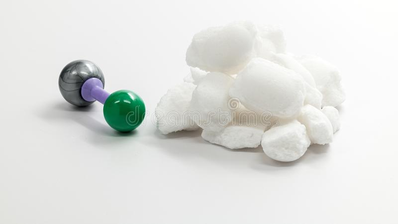 Natriumchloridmolekül und ein Stapel von Salzkristallen lizenzfreie stockfotografie