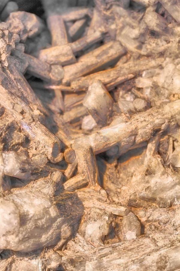 Natrolite är en mineralisk skelett- silikat royaltyfria foton