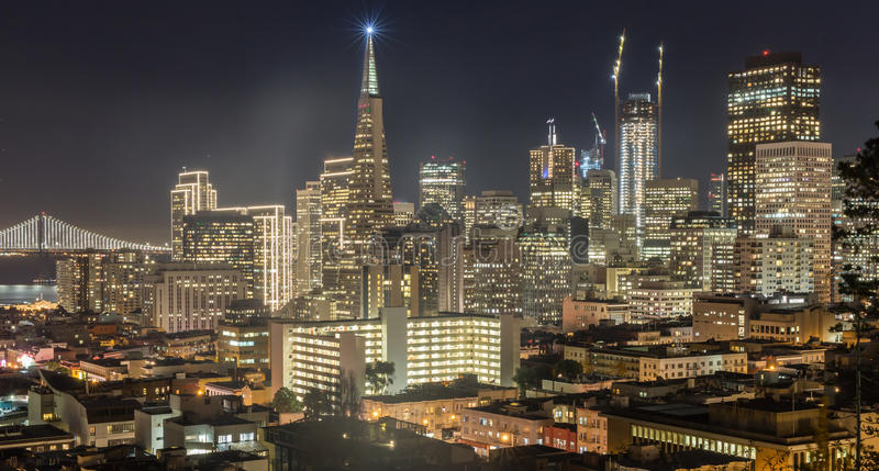 Natt över San Francisco Downtown från Ina Coolbrith Park arkivbilder