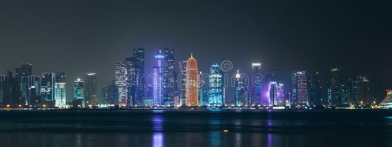 Natt Al Dafna - sjösidaområde av den Qatari huvudstaden Doha som lokaliseras på Persiska viken royaltyfri bild