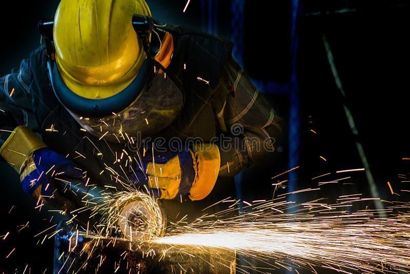 Natt - arbete av arbetarteamn för olje- brunn på industriell utrustning med trumpettangenter arkivbild