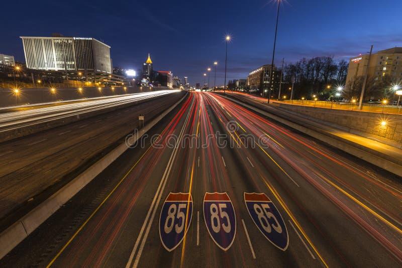Natt Atlanta mellanstatlig för 85 motorväg arkivbild