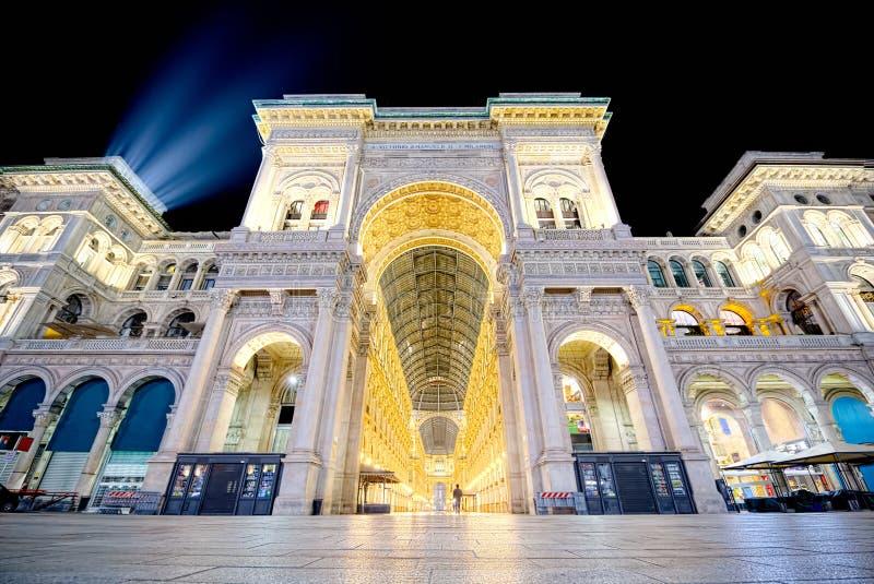 Natt av Galleria Vittorio Emanuele II i Milan den breda vinkeln fotografering för bildbyråer