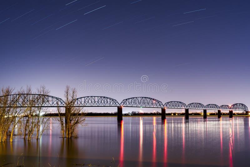 Natt/blåtttimme på den historiska Brookport bron - Ohio River, Brookport, Illinois & Kentucky fotografering för bildbyråer