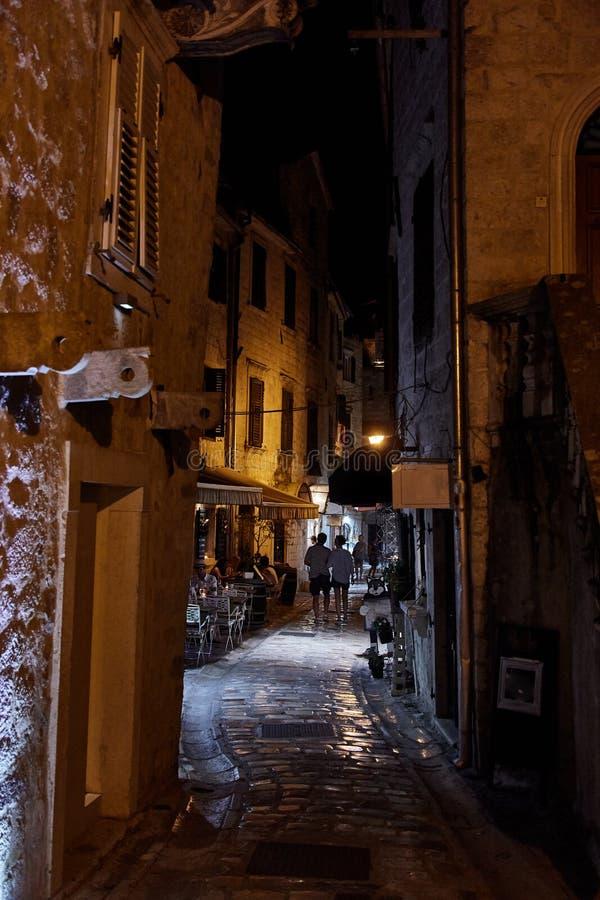 Natt den gamla staden av Kotor Gator av Kotor den gamla staden Montenegro royaltyfria bilder
