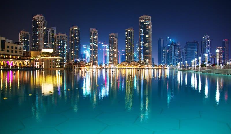 Natt Dubai royaltyfria foton