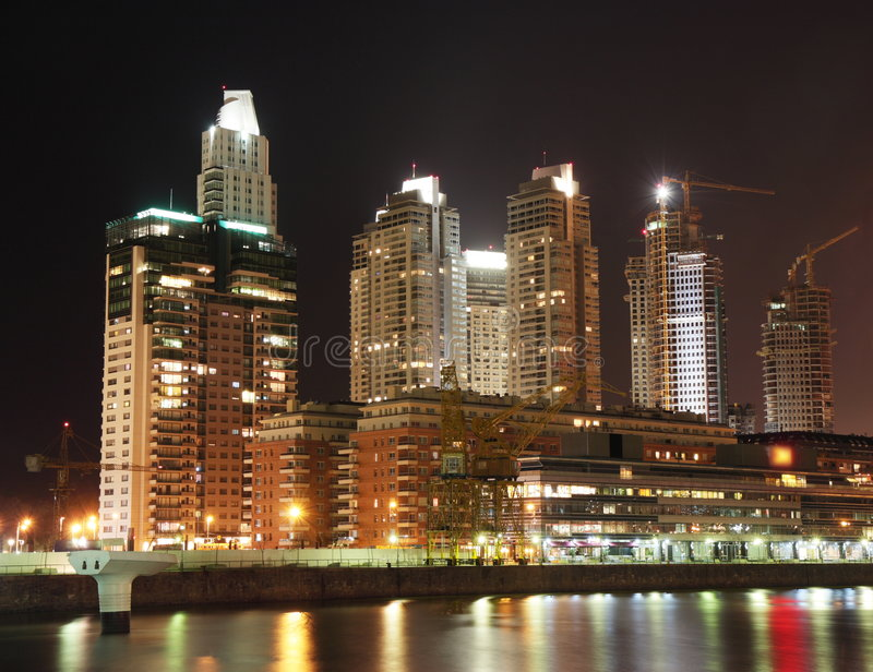 natt för airesbuenoscityscape arkivfoton