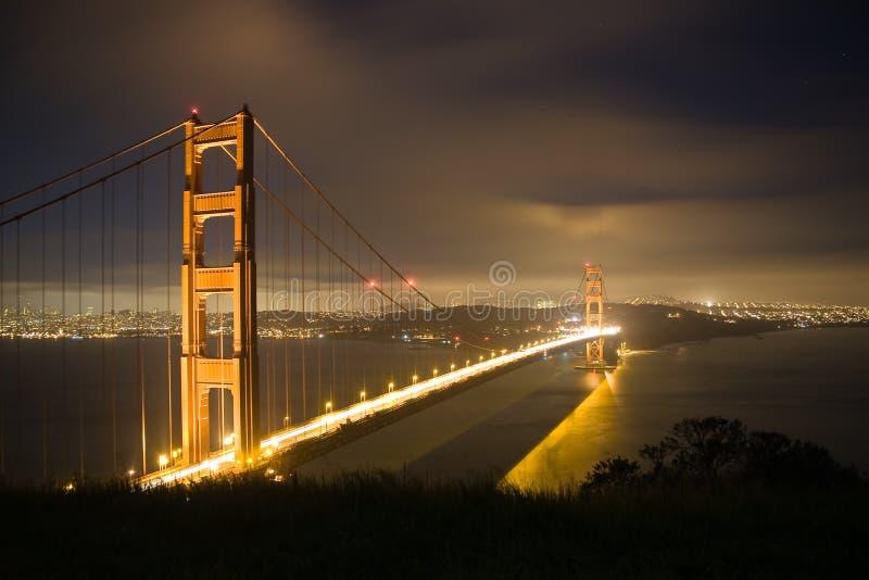 natt för port för 2 bro guld- royaltyfria bilder