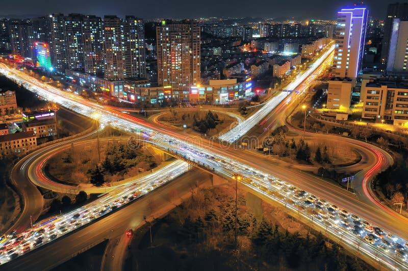 Natt för stads- trafik fotografering för bildbyråer