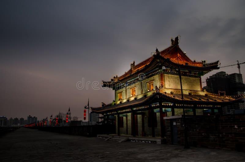 Natt för Xi'an stadsvägg royaltyfri bild