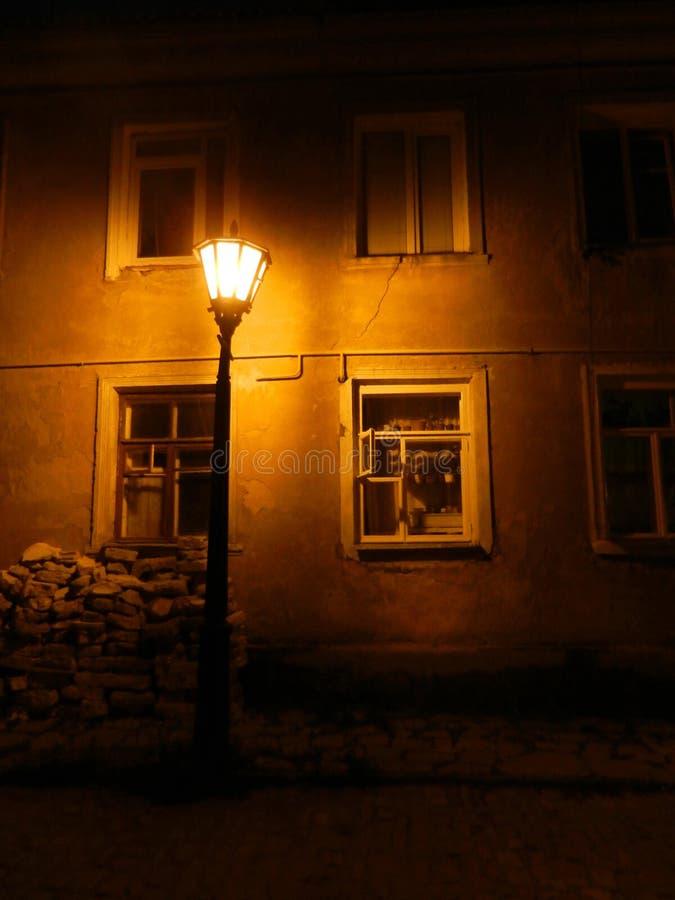 Natt gata, gatalampa, men ingen apotek arkivbilder